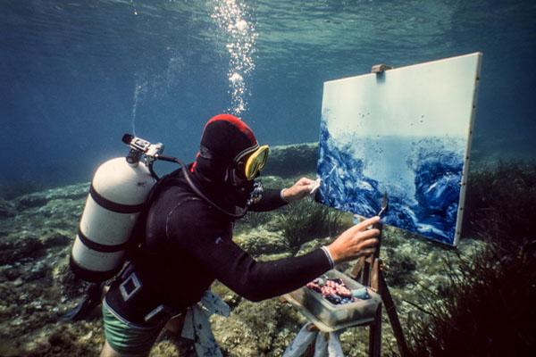 Jamy Veheylewegent En Train De S'adonner à Son Sport Artistique Favori, La Peinture Sous L'eau.