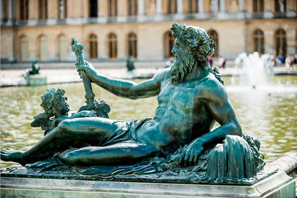 Statue Sur Le Pourtour Du Bassin De Neptune.