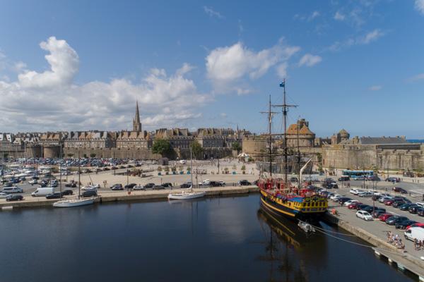 Saint-Malo, Avec Le Port Et La Cité Intra-murros. En Premier Plan, La Frégate Corsaire  L'Etoile Du Roy. Ce 3 Mâts De 325 Tonnes Et 47 M De Long Date De 1745, Vue De Drone.