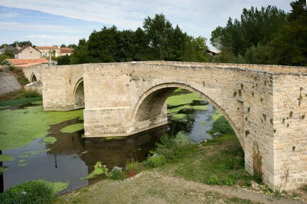 Saint-Généroux. Pont Roman à Bec , Pavé De Galets.