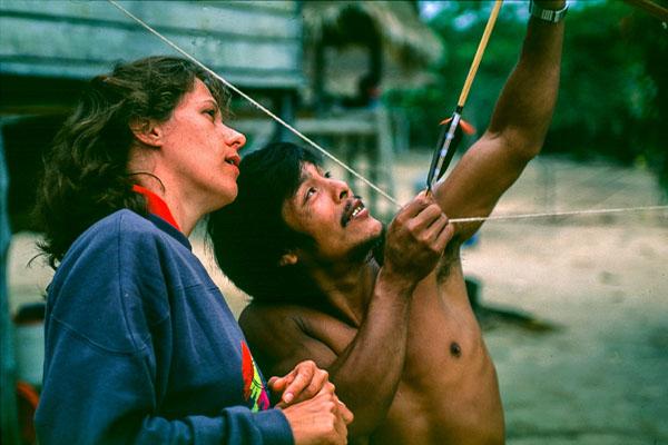 Ler Long Du Fleuve Maroni. Cours De Tir à L'arc Par Un Indien Du Village