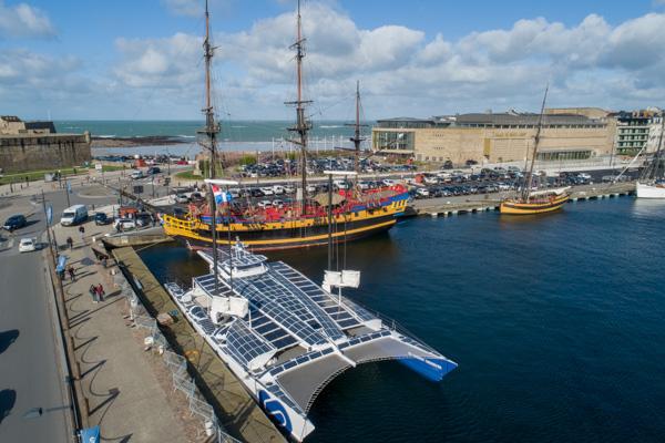 """Le Catamaran Dans Le Port De Saint-Malo. En Arrière Plan, Son Vénérable Ancêtre Le Navire """"L'ETOILE DU ROY""""."""