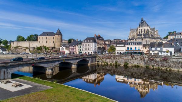La Vile De Mayenne.  Vue Sur La Cathédrale, Le Château Et La Rivière Mayenne.